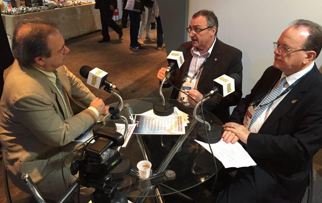 Gustavo Victorino entrevista convidados no stand da FBV.